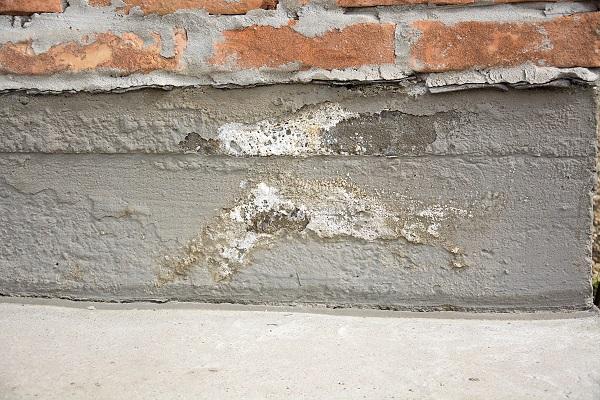 vice caché - infiltration d'eau sur la fondation d'une maison